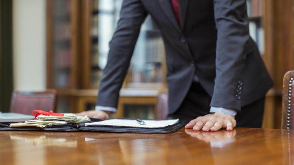 Стоит ли нанимать адвоката при банкротстве физического лица и чем он может помочь?